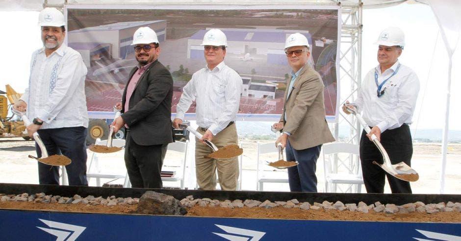 Autoridades de Coopesa y el Gobierno pusieron la primera piedra del proyecto con una pala