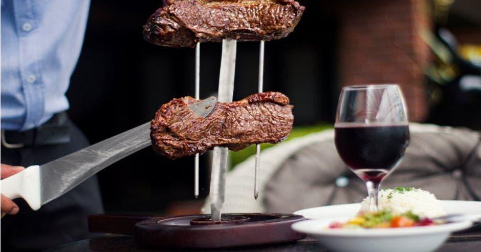 Cortes de carne y copa de vino
