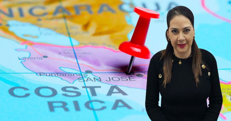 Carolina Briones posa frente a un mapa de Costa Rica