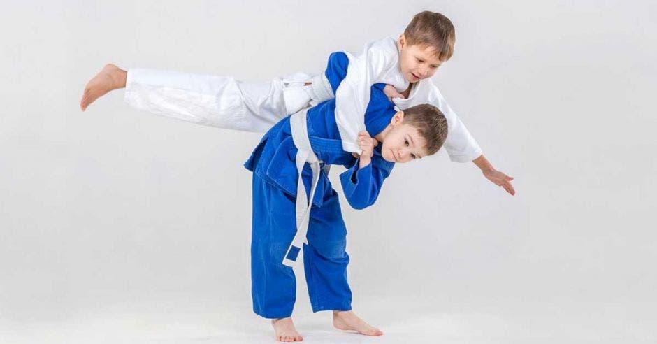 niños peleando en judo