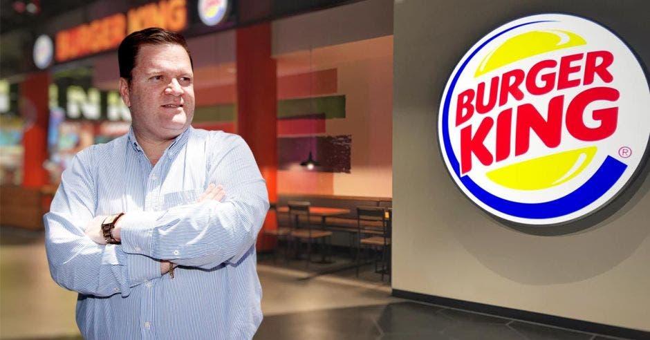 Mario Jimenez posa junto al logo de Burger King