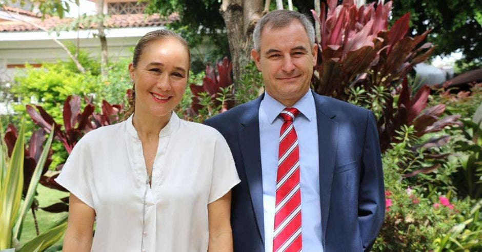 El convenio de colaboración fue firmado por  Zdenka Piskulich, directora ejecutiva de la Asociación Costa Rica por Siempre, y por Bernard Kilian, decano asociado de Incae