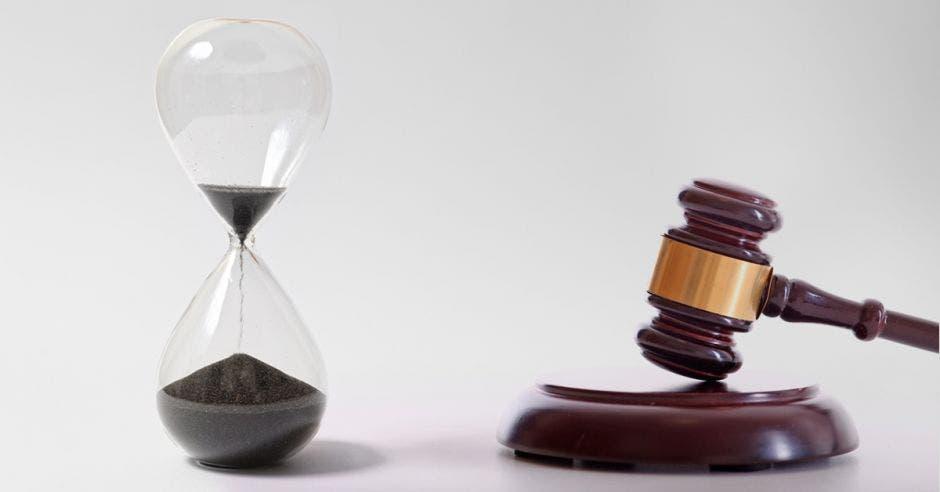 reloj de arena con mazo de juez