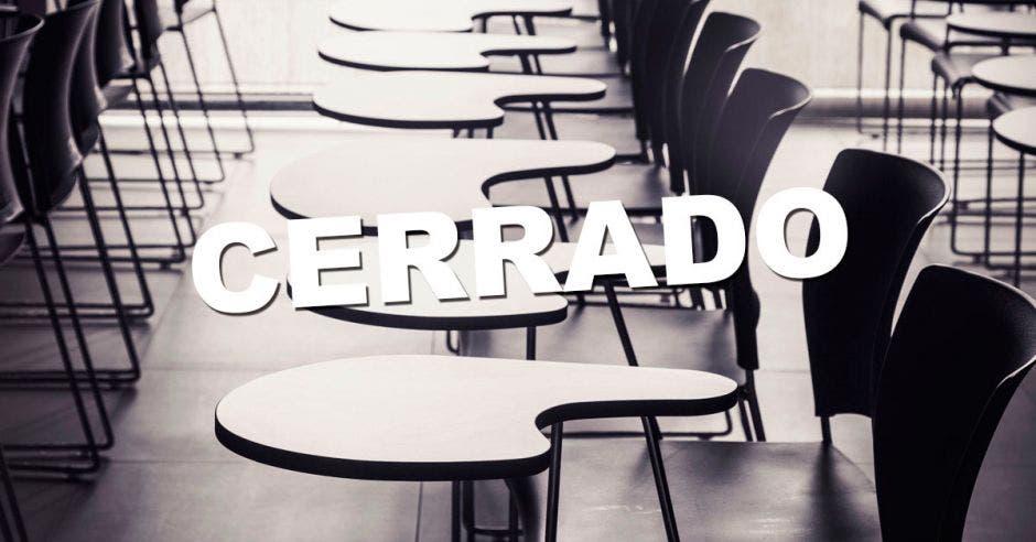 Una aula vacía con la palabra cerrado