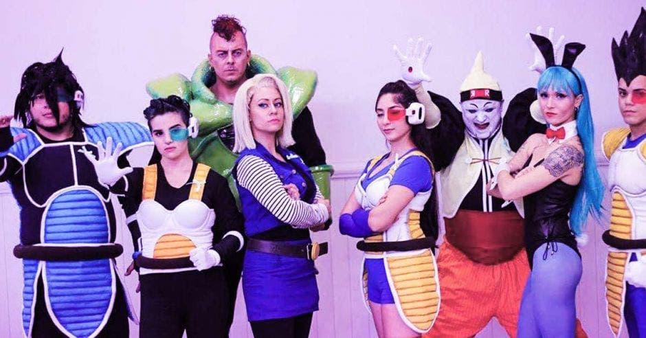 Varias personas haciendo cosplay de personajes de Dragon Ball como bulma, los androides 13, 16 y 17