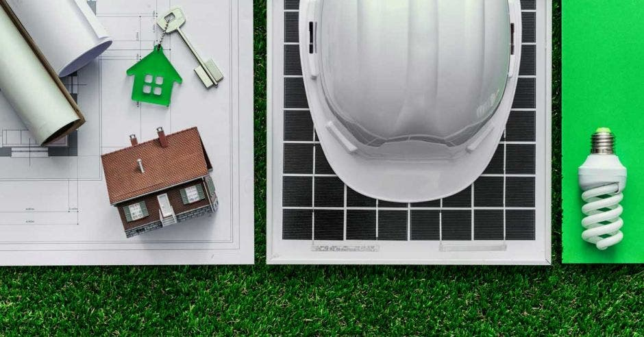 Un casco, un panel solar y unas llaves