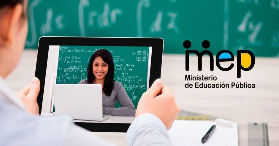 Una tablet  y el logo del MEP