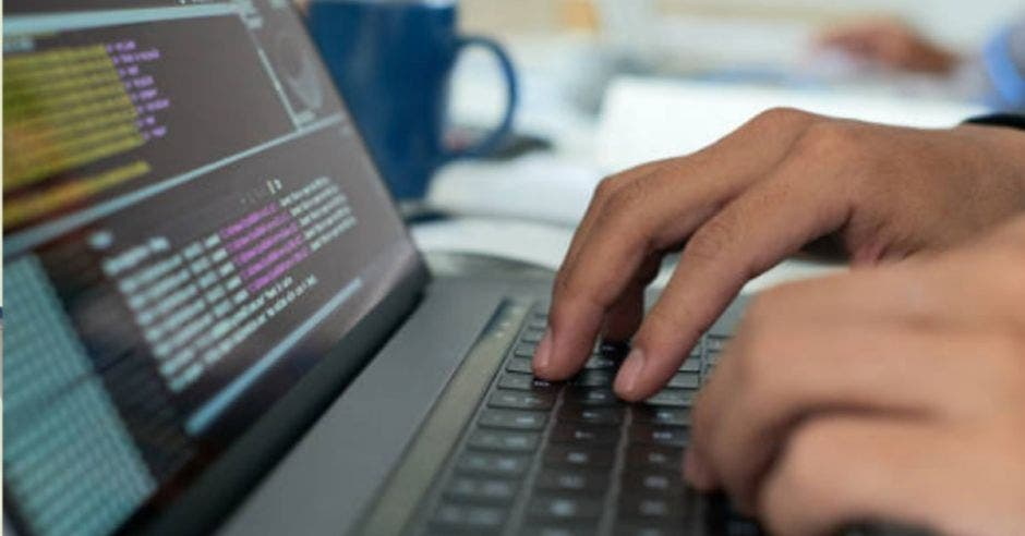 Una computadora y unas manos