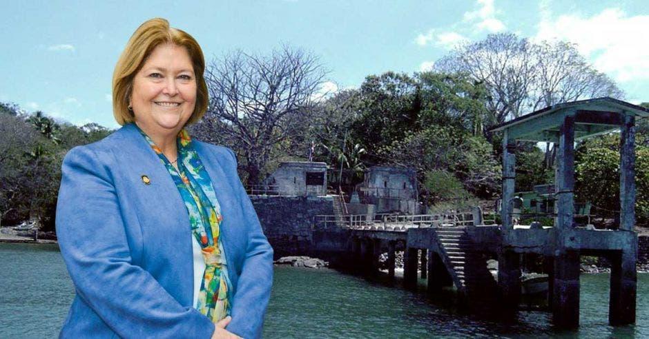 María Amalia Revelo posa frente a una imagen de la Isla San Lucas