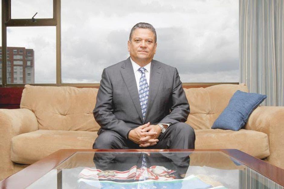 Johnny Araya sentado en un sillón de una torre de apartamento de la capital
