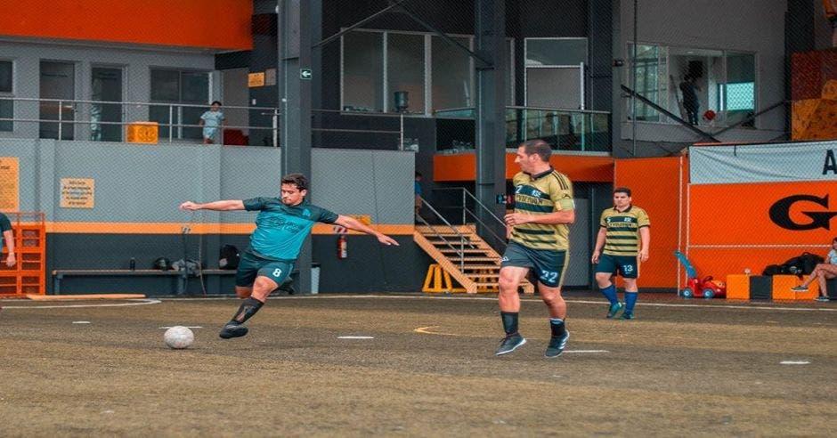 Jugando fútbol 5