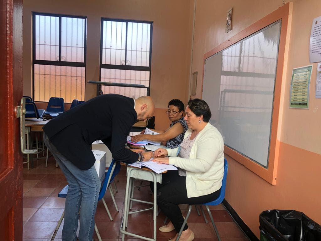 Federico Cartín emitiendo el voto.