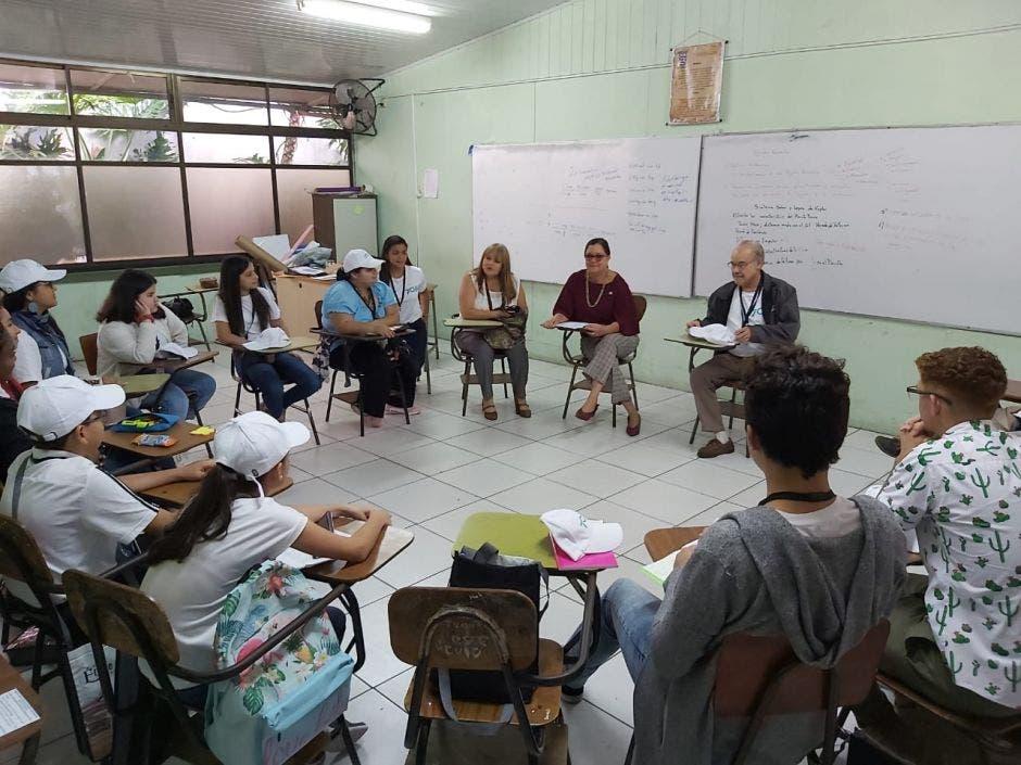 Estudiantes que observan el proceso electoral