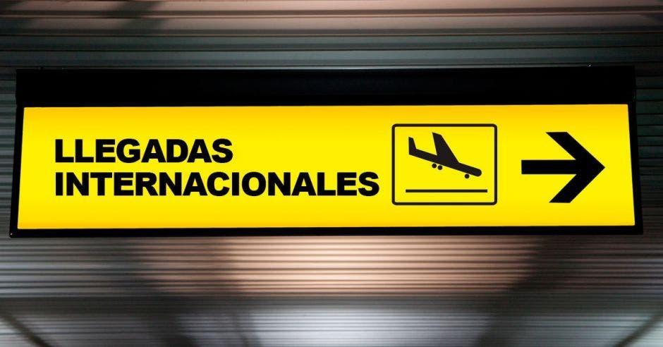 Letrero de llegadas internacionales