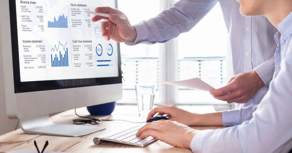 Dos personas revisando datos en una computadora