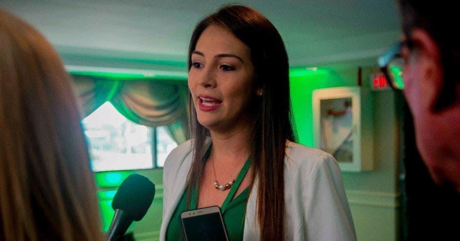 María José Corrales conversa con varios medios de comunicación
