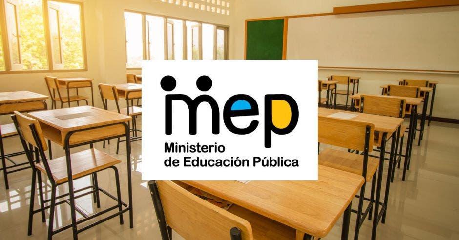 Una aula vacía y el logo del MEP