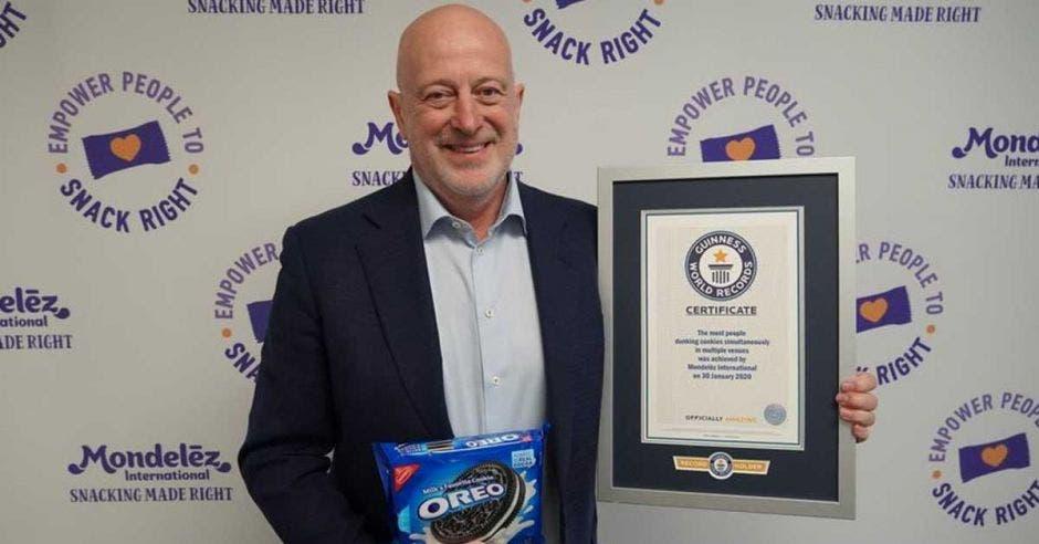 Dirk Van de Put sostiene un paquete de galletas Oreo y un marco con el distitntivo de récord Guiness