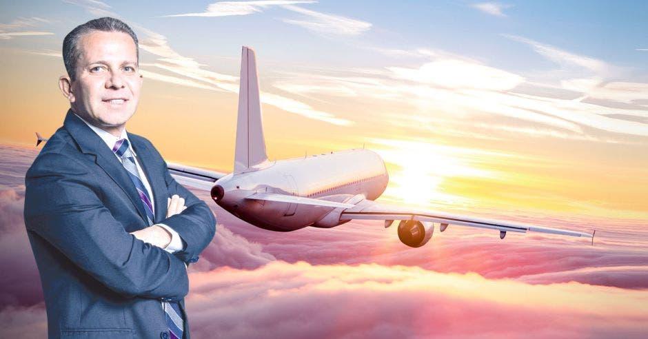 Ronny Rodríguez posa frente a un avión color blanco