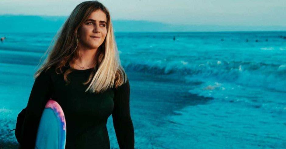 mujer con tabla de surf