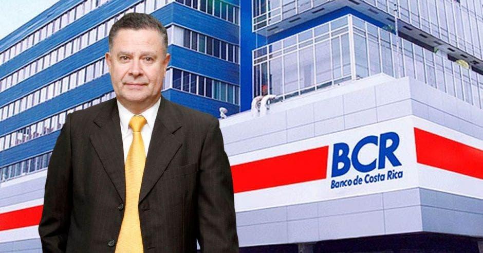Douglas Soto, gerente general del BCR con el BCR de fondo