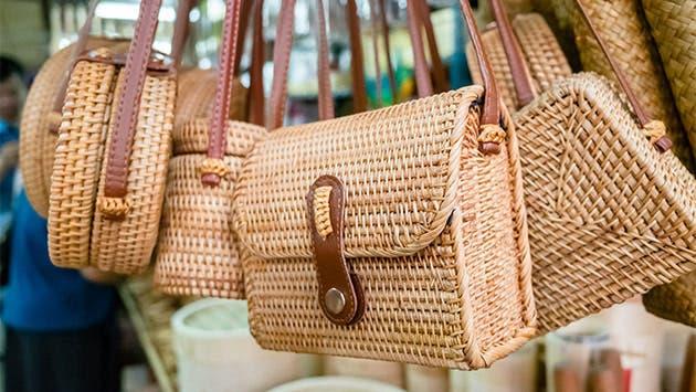 Bolsos de bambú en un mercado de artesanías.