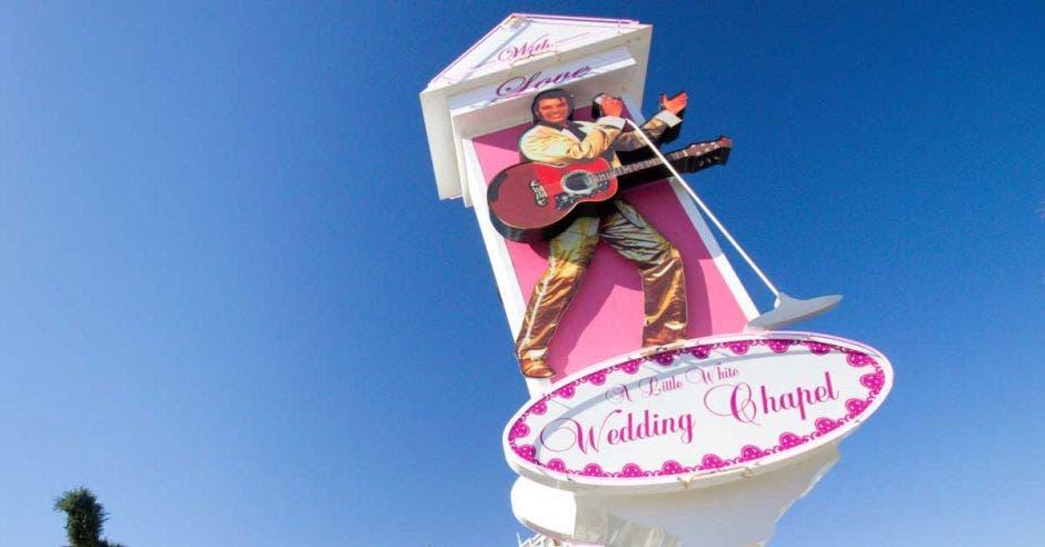 Letrero de un Elvis Presley con guitarra