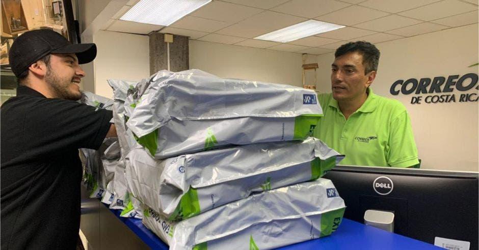 Oficina de correos de Costa Rica con paquetes y dos empleados