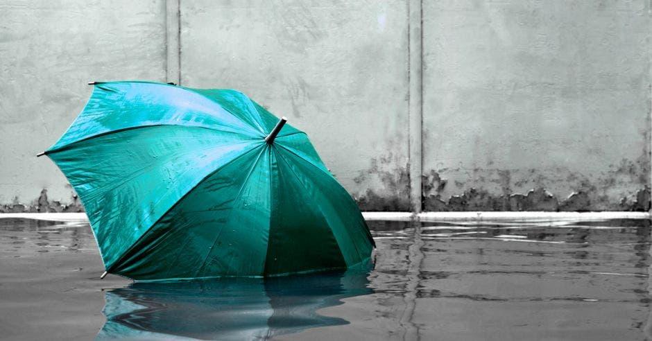 Una sombrilla en una inundación