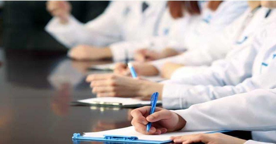 Médicos haciendo exámen