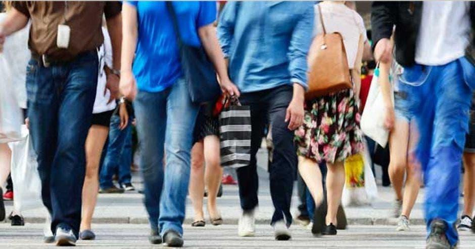 Un grupo de personas camina por la calle
