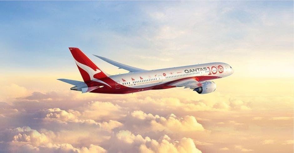Un avión blanco con ribetes rojos surca los aires