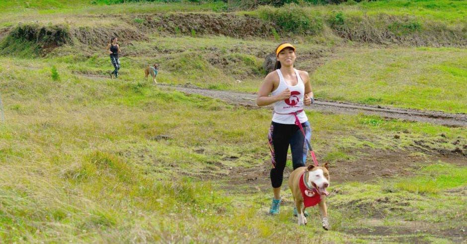 mujer corre con perro