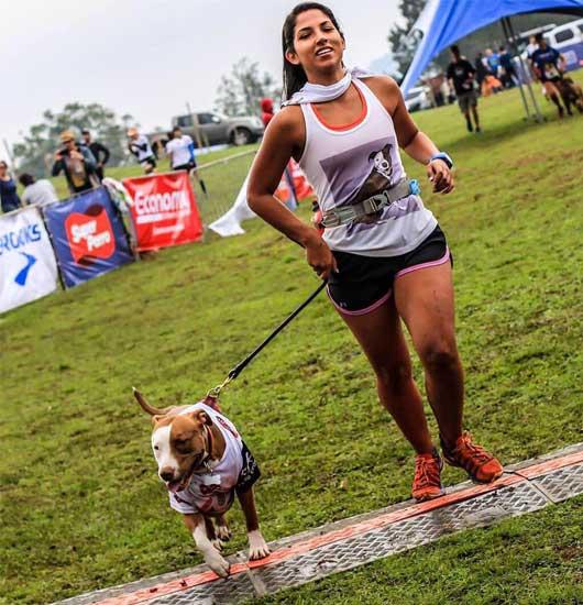 mujer corriendo con perro