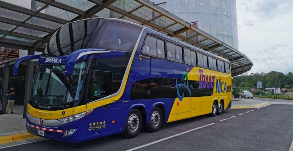 Bus de Transnica posando en las afueras del Centro de Convenciones.