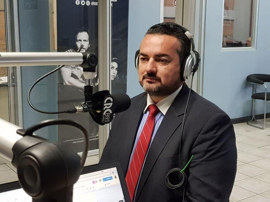 Francisco Prendas, en la cabina de la radio CRC 89.1 fm