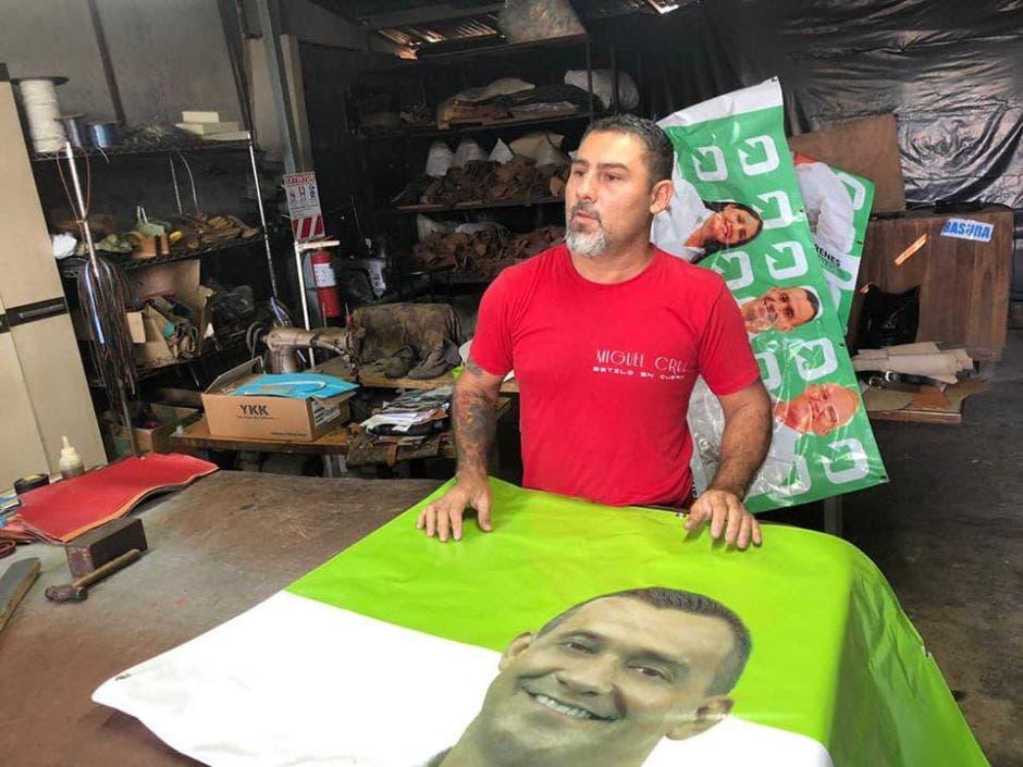 Miguel Cruz en el inicio del proceso de elaboración de bolsas.
