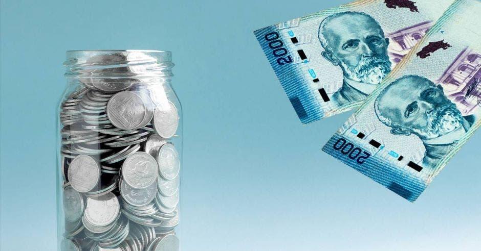Monedas en un tarro y billetes