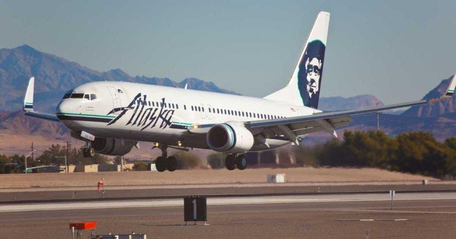 Un avión de alaska airlines despegando