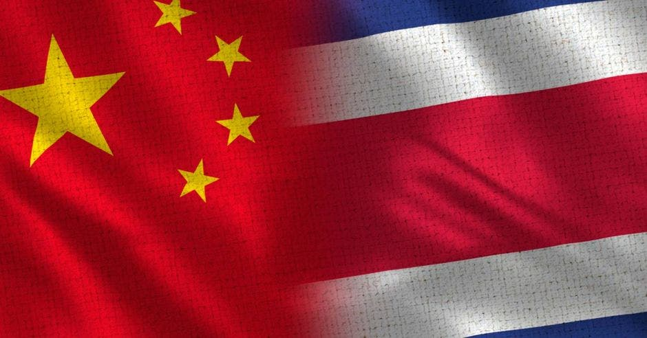 Una bandera de China y una de Costa Rica