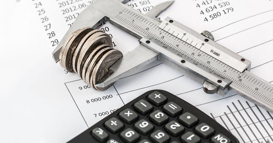 Una hoja de impuestos y sobre ella, una calculadora