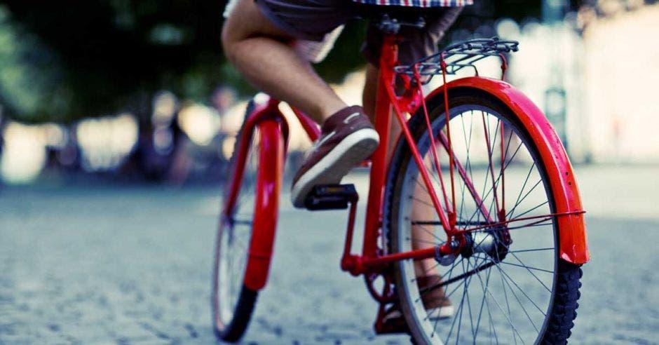 Un individuo en bicicleta roja