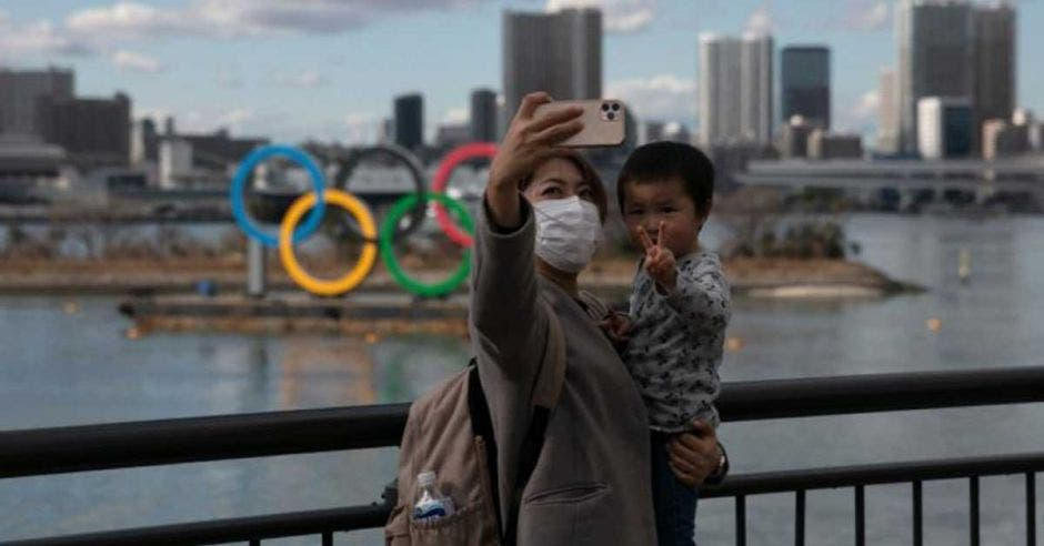 mujer y niño toman foto