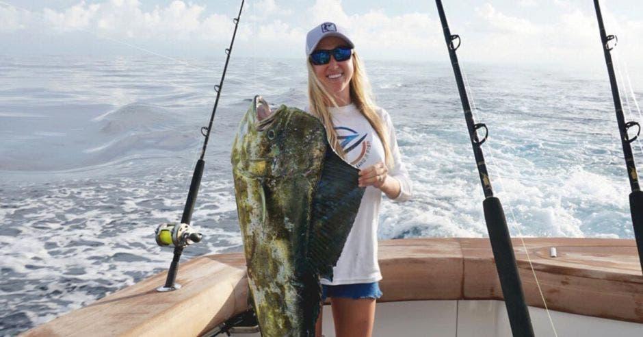 mujer con pez en mano