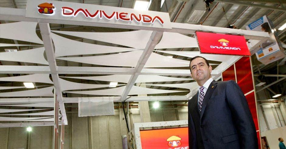 """""""La compra de vivienda o lote, así como la experiencia de construir, es una de las mejores inversiones para las familias"""", dijo Arturo Giacomin, presidente ejecutivo de Davivienda. Archivo/La República."""