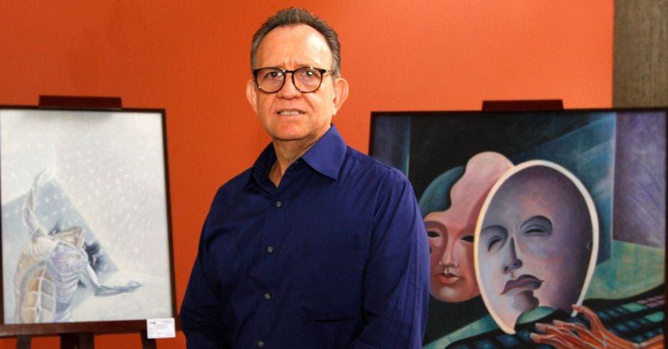 El pintor José Gerardo Hidalgo, junto a algunas de sus obras. Foto: Esteban Monge / La República