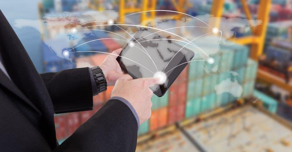 Persona sosteniendo una tablet con contenedores de fondo