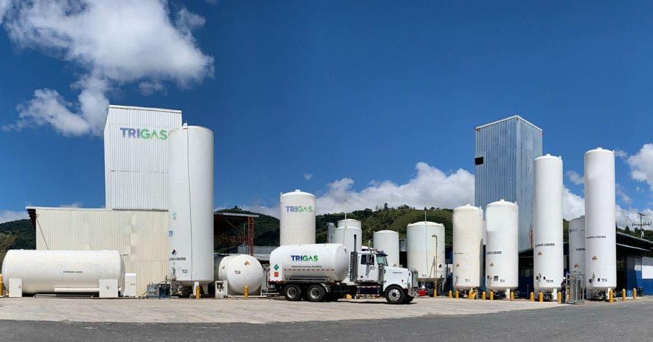 planta de Trigas en Cartago edificios blancos con un camión de transporte de gas al frente