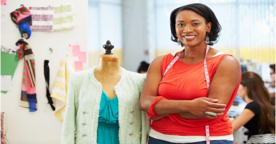 mujer costurera con su taller de fondo