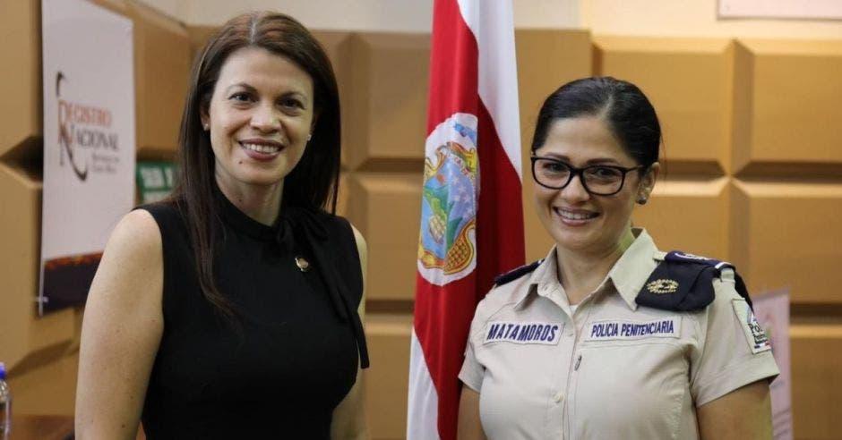 Fiorella Salazar, ministra de Justicia, junto a la recién designada como directora de la Policía Penitenciaria, Daisy Matamoros